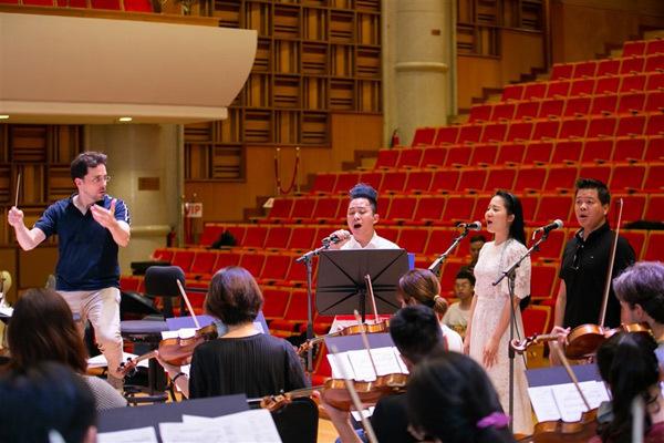 Nhạc trưởng Olivier Ochanine ấn tượng với nỗ lực của Phạm Thùy Dung