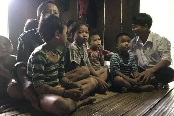 Quang Ngai teachers struggle to get mountainous children to go to school
