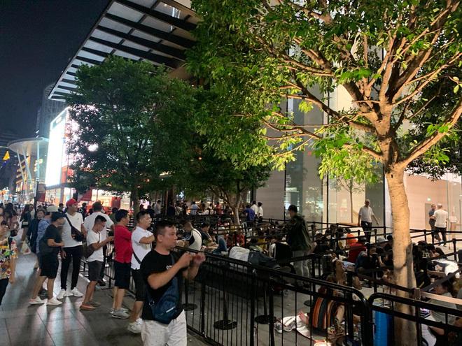 Từ Singapore, cô gái Việt số thứ tự 01 kể hành trình xếp hàng 30 tiếng 'săn' iPhone