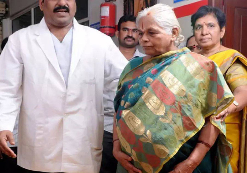 Cụ bà 74 tuổi nhập viện sau khi sinh đôi 2 con gái