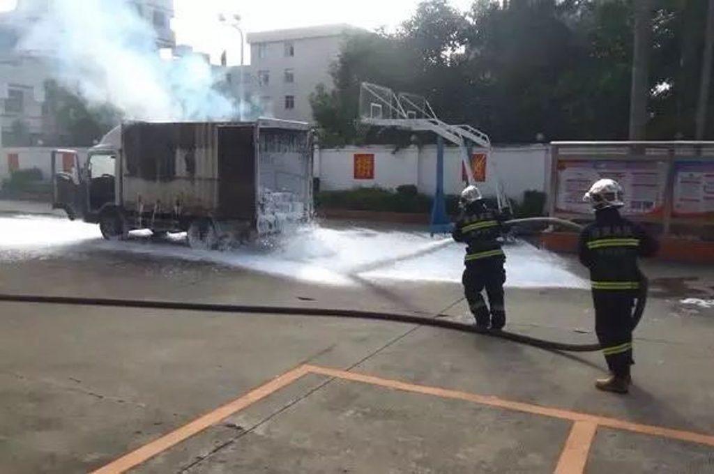 Tài xế lái ôtô đang cháy dữ dội lao vội vào trạm cứu hỏa