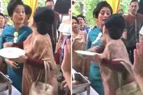 Ăn mặc sang trọng đi ăn cưới, 2 người phụ nữ cãi nhau ỏm tỏi chỉ vì tị nạnh ai gắp nhiều miếng hơn