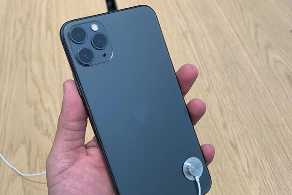 can canh iphone 11 pro vua mo ban mau nao dep nhat