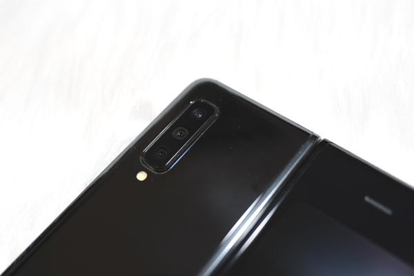 Điện thoại gập Galaxy Fold tại VN: Hot hơn cả iPhone, giá khủng 70 triệu