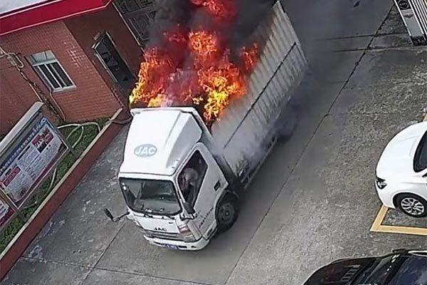 Tài xế lao cả xe tải đang bốc cháy vào trạm cứu hỏa