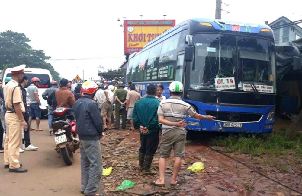 Ô tô khách tông liền 2 xe máy, 2 người chết tại chỗ ở Đắk Nông
