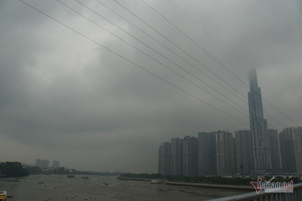 Sài Gòn 'tối om' từ 4h chiều, ô tô rọi đèn, nhà phố bật điện sáng trưng