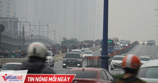 Sài Gòn 'tối om' lúc 4h chiều, ô tô rọi đèn, nhà phố bật điện sáng trưng