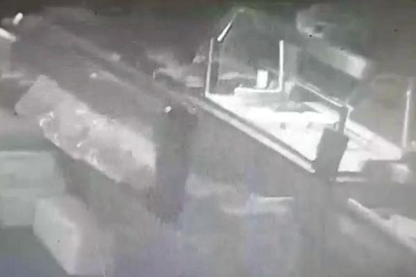 Xem 'ma' làm loạn trạm xăng nằm giữa hai nhà tang lễ