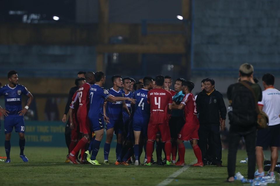 """Vòng 24 V-League: Hà Nội vô địch, trọng tài """"bẻ còi"""" thô thiển"""
