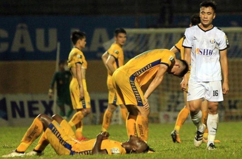 Vòng 24 V-League: Hà Nội vô địch, trọng tài 'bẻ còi' thô thiển