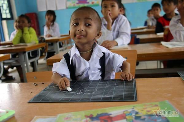 Vietnam's smallest student enjoys great changes at school