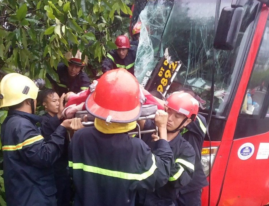 Va chạm sau tai nạn, xe khách lao vào nhà dân ở Bình Dương