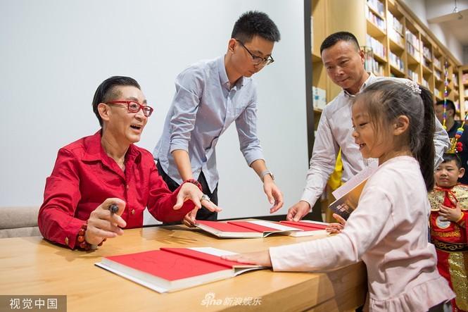 'Tôn Ngộ Không' Lục Tiểu Linh Đồng phong độ, múa võ khỉ ở tuổi 60