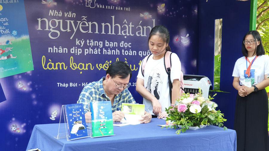 'Fan cứng' xếp hàng xuyên đêm chờ chữ ký của nhà văn Nguyễn Nhật Ánh