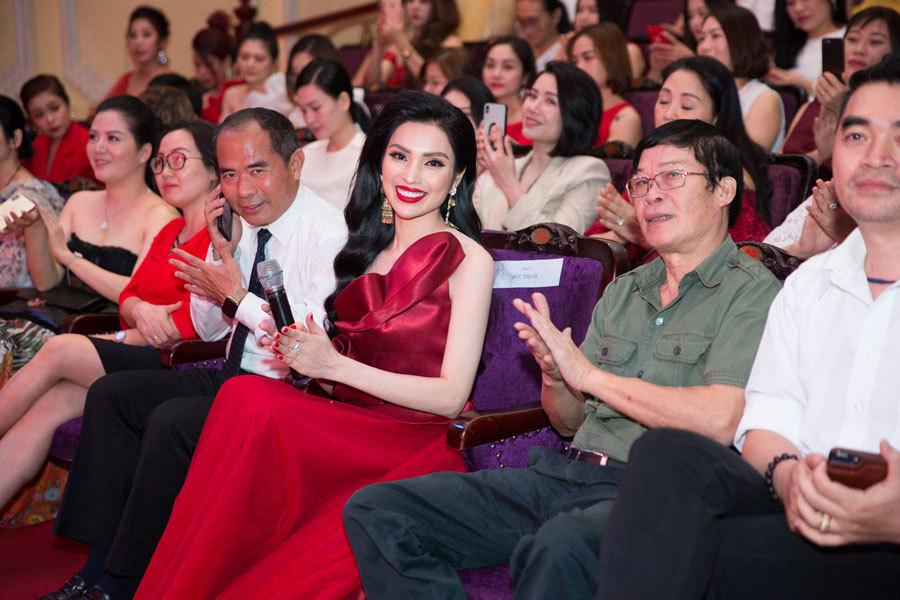 MC Huyền Sâm dành món quà bất ngờ cho 'người phụ nữ đặc biệt'