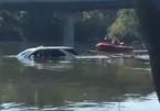 Quên kéo phanh tay, nữ tài xế để ôtô rơi xuống sông