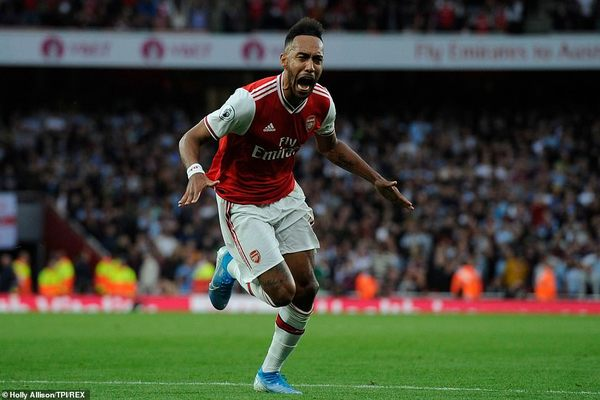 Aubameyang sút phạt mẫu mực, Arsenal ngược dòng khó tin