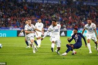 Neymar hóa người hùng, PSG thắng hú vía Lyon