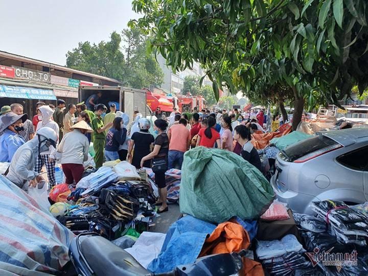 Cháy chợ Tó ở Đông Anh, khu ki-ốt ngàn m2 giữa chợ bị thiêu rụi