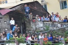 Người dân trèo nóc nhà xem đua xe dưới suối Hà Giang