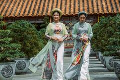 Ngọc Hân đọ dáng với 'nàng thơ xứ Huế'