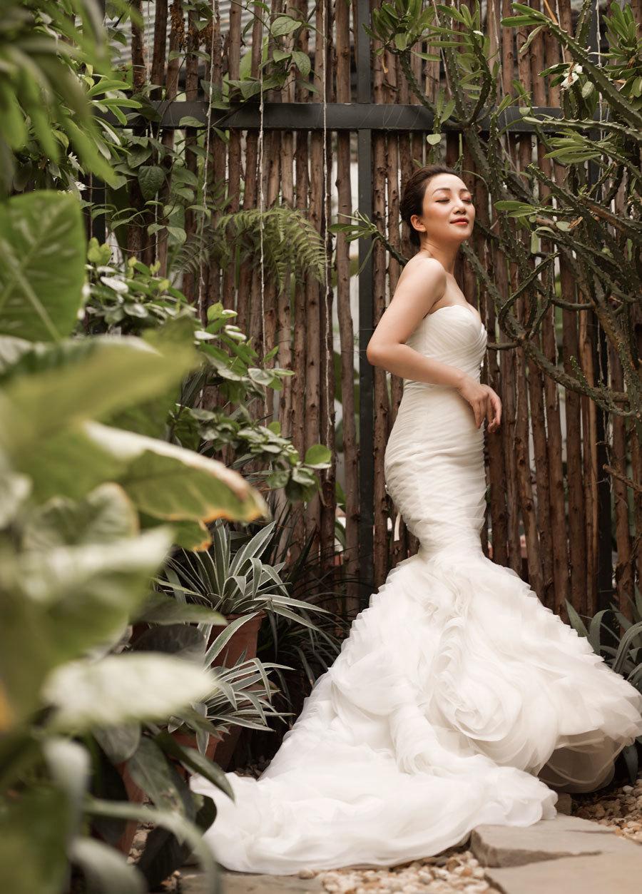 Phạm Thu Hà đầy gợi cảm trong MV 'Một mình'