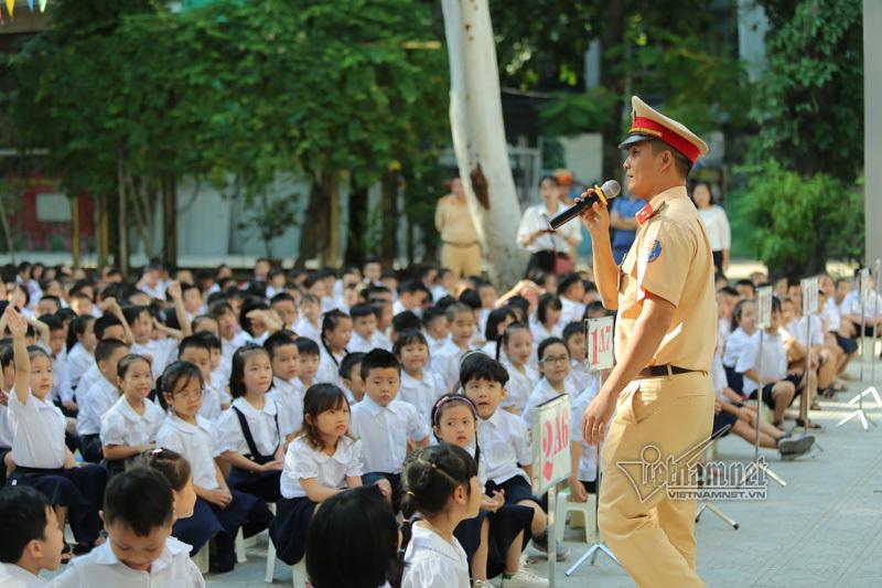 Cảnh sát chơi cùng học sinh tìm hiểu ATGT