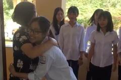 Học sinh cấp 3 ngượng ngùng khi lần đầu ôm chào cô giáo