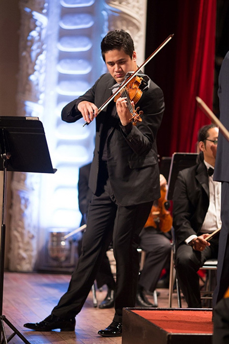 Solo performance by violinist Bui Cong Duy at Opera House