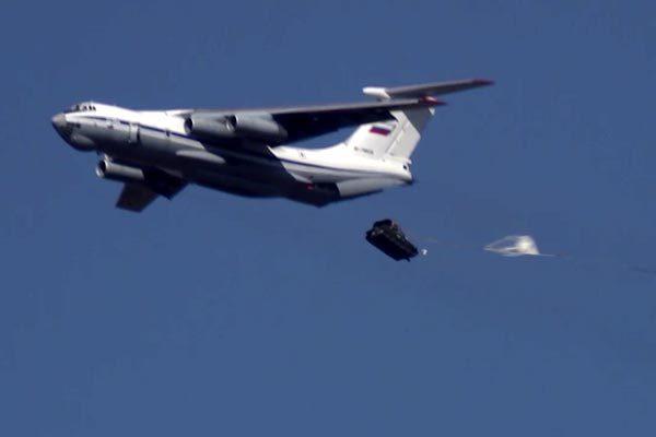 Phút đáng sợ máy bay Nga thả rơi hai xe bọc thép