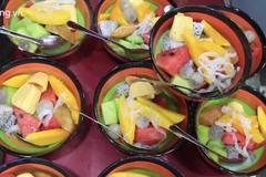 Quán trái cây tô vỉa hè hút khách, bán 500 phần mỗi đêm