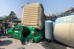 Lật xe bồn ở Bắc Ninh, tài xế hoảng loạn bò ra từ taxi bị đè nát