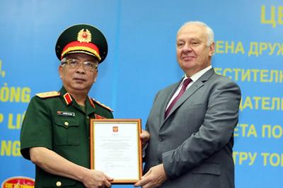 Thượng tướng Nguyễn Chí Vịnh nhận huân chương Hữu nghị của LB Nga