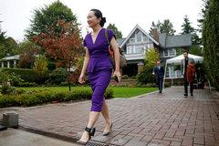 Hình ảnh 'công chúa Huawei' đeo vòng định vị tới tòa