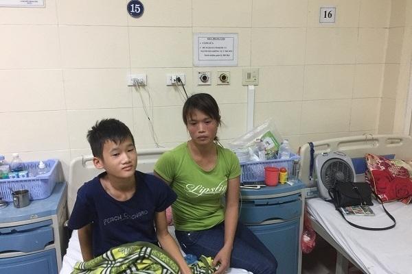 Xót xa cảnh người đàn bà mù chữ trốn chồng đem con đi chữa ung thư khắp nơi