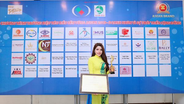 Á hậu Nga Queen nhận giải nữ doanh nhân tiêu biểu