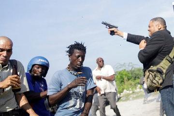 Thượng nghị sĩ Haiti nổi giận, bắn phải phóng viên ảnh