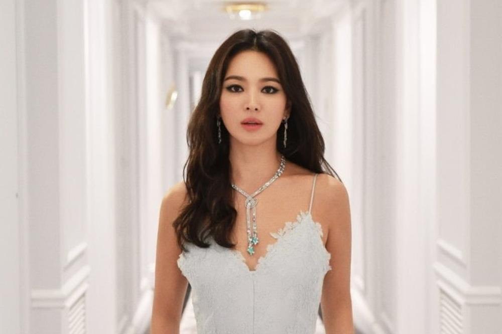 Suzy gây sốt với phong cách trang điểm đậm quyến rũ