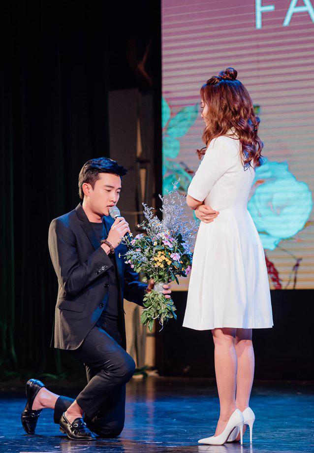 Quốc Trường bay ra Hà Nội quỳ gối tặng hoa Bảo Thanh