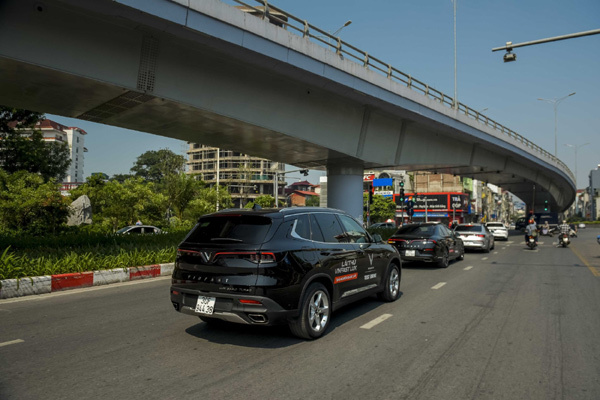 Diễu phố Hà Nội, dàn xe VinFast Lux thu hút mọi ánh nhìn