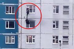 Xem người đàn ông dũng cảm 'treo mình' cứu cô gái trong căn hộ bị cháy