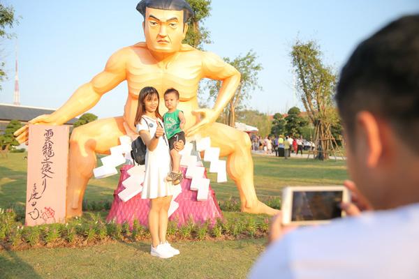 Sau 10 ngày ra mắt, vườn Nhật giữa Thủ đô vẫn nườm nượp khách 'sống ảo'