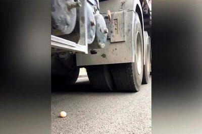 Xem tài xế trổ tài lướt bánh xe tải 'bay' qua quả trứng