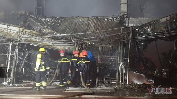 Cháy dữ dội trung tâm điện máy ở Hải Phòng, khu trưng bày đổ sập