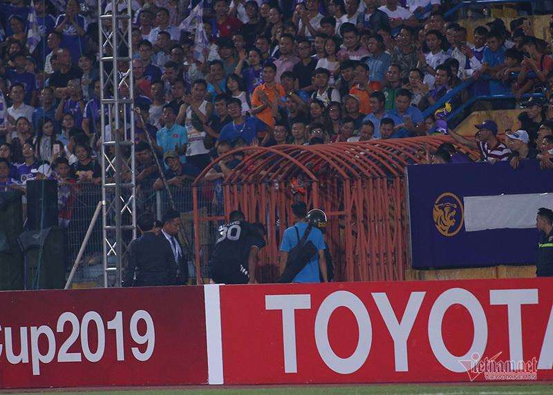 Xúc động hình ảnh cầu thủ Hà Nội cõng Văn Công rời sân