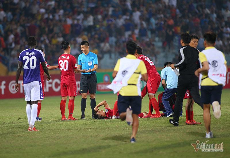 Cầu thủ Triều Tiên liên tục nằm sân câu giờ lộ liễu