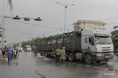 Người phụ nữ ở Quảng Trị bị xe đầu kéo cán chết trên đường đi làm