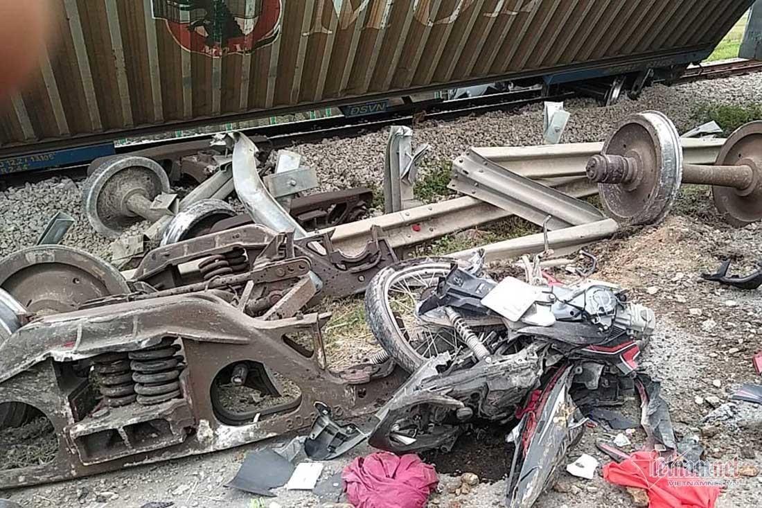 Video tàu hoả đâm nát ô tô tải, đứt văng 4 toa ở Nghệ An