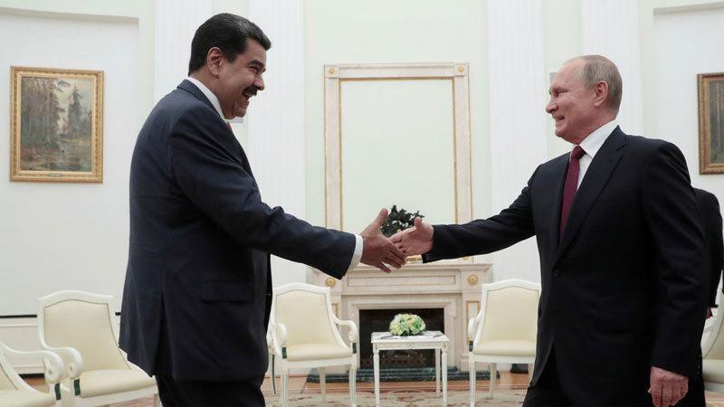 Video Tổng thống Venezuela tặng gươm quý cho Putin